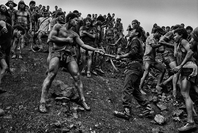 Wirr verteilte Salzkörner – Schwarz-Weiß-Aufnahme der Goldschürfer (A) FOTO: SEBASTIAO SALGADO/AMAZONAS IMAGES