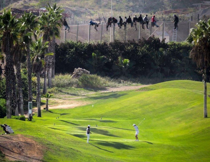 Flüchtlinge als Zaungäste beim Golfspiel