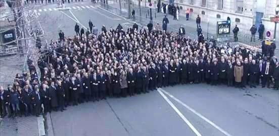 """Dieses Foto löste Verschwörungstheorien aus. @ianbremmer veröffentlichte es per Twitter mit den Worten """"World leaders not exactly 'at' Paris rallies"""" (4)"""